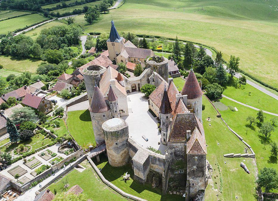 Vue aérienne du château de Châteauneuf (Côte-d'Or)